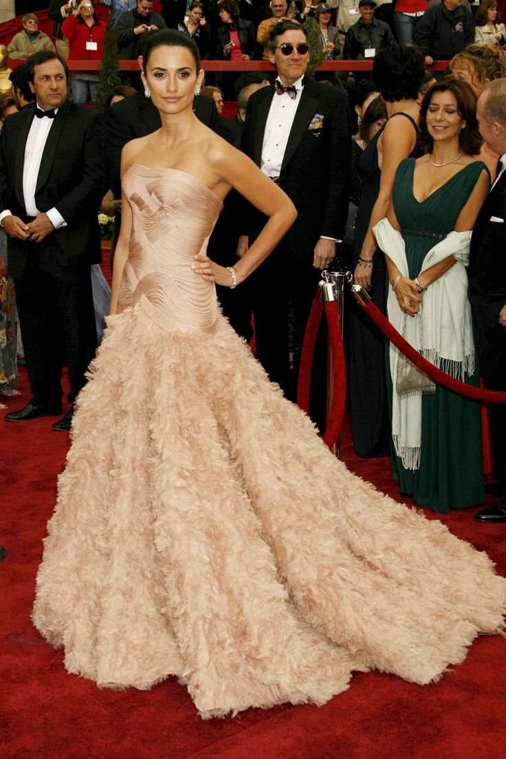 Penelope Cruz may have missed out on the Best Actress Oscar at the 2007 Oscars - Helen Mirren won for [i]The Queen[/i] - but she ensured a place in every best-dressed list going for her romantic Atelier Versace blush gown.