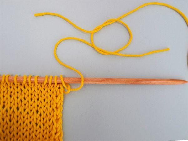 Nous allons vous apprendre à joindre deux fils en faisant un nœud invisible. C'est une technique lorsqu'il faut fusionner deux fils de pelotes différentes.