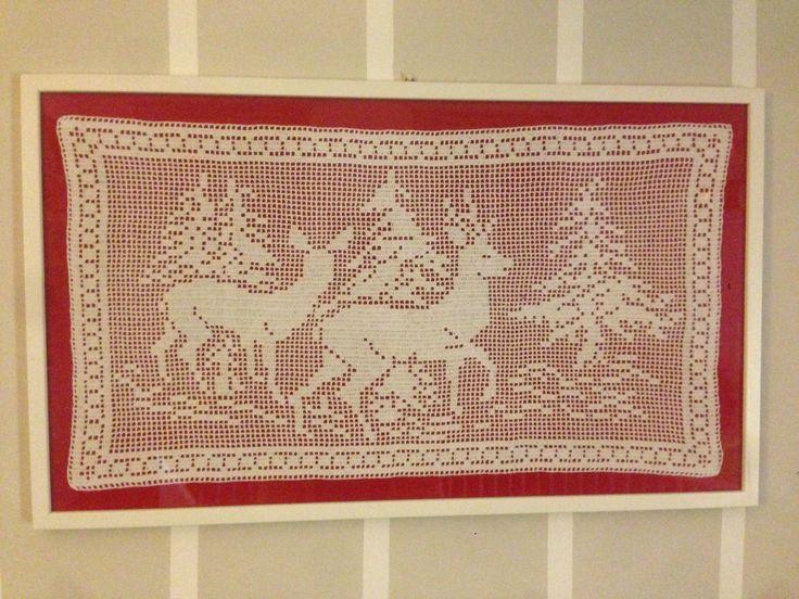 Quadro natalizio con renne lavorato a uncinetto montato su pannello rosso