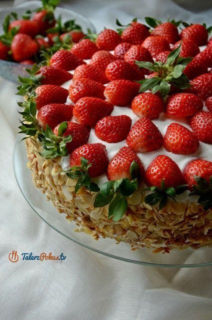 Pyszny, lekki tort z truskawkami i kremem na bazie mascarpone, słodycz jest tu złamana lekko kwaskową konfiturą i ponczem z dodatkiem soku z cytryny. Krem jest delikatny i w smaku i w teksturze, wspaniale komponuje się z soczystymi...