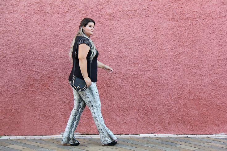Blusa preta com pedrarias e calça estampa de cobra: um look plus size bem versátil para o dia a dia. Para mais dicas de moda plus size, acesse o blog :)