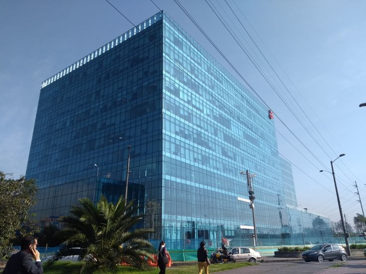 Nuevo edificio de la empresa Claro, en la Avenida La Esperanza con la Avenida 68 de Bogotá.