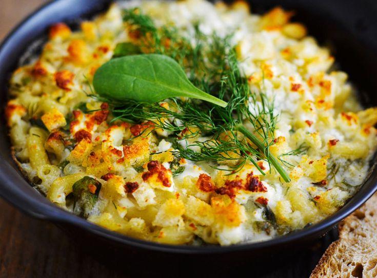 Kreikkalainen makaronipaistos *** Suomalaisen makaronilaatikon kreikkalainen serkku maustetaan fetalla, pinaatilla ja kanelilla. #ruoka #resepti .