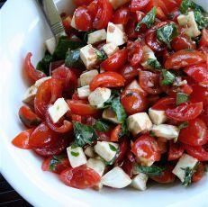 Salát z rajčat, oliv a mozzarelly