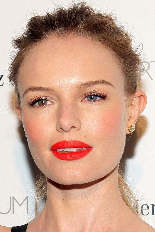 Make de verão da atriz Kate Bosworth com batom vermelho-alaranjado.