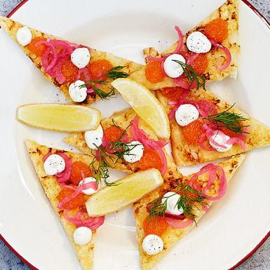 Skippa västerbottenspajen nästa gång det vankas midsommar, kräftskiva eller annan festbuffé och satsa i stället på en pizza med samma smaker. Toppa med lyxig löjrom och vackert rosapicklad lök. Med färdig pizzadeg av surdeg går det på ett kick!
