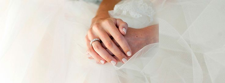 Tus manos de novia, deben lucir impecables el día de tu boda y desde ahorita para presumir tu anillo de compromiso. En las fotos de tu boda, saldrán acercamientos de ellas: en las fotos de tu ramo, cuando tu novio te ponga el anillo de matrimonio o cuando firmes las actas. Imagen de Style …