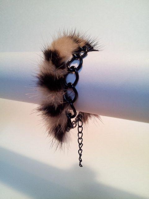 Bande de vison teint motif tigre doublé de cuir noir et chaîne noire.  Ajustable de 6 1/2 à 8 1/2