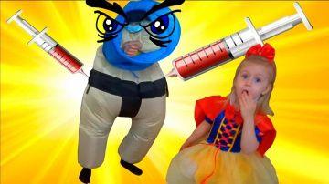 СТРАШНЫЙ ДОКТОР 3 делает уколы детям мультик видео для детей Bed Baby Белоснежка делает УКОЛ ДОКТОРУ http://video-kid.com/21247-strashnyi-doktor-3-delaet-ukoly-detjam-multik-video-dlja-detei-bed-baby-belosnezhka-delaet-uko.html  Страшный доктор делает уколы детям мультик видео для детей. Белоснежка делает укол доктору в попу. Играем в доктора с уколами детям, Вредный доктор хочет сделать укол прививку маленькой девочке Bed Baby Белоснежке с мультфильма для детей. Белоснежка и доктор дерутся…