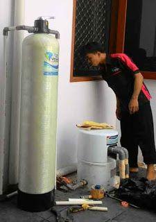 Filter Air Rumah Tangga Vittera FR10 telah selesai terpasang dengan rapih dan langsung dioperasikan untuk membuktikan kehandalan Penyaring Air ini dalam mengatasi masalah air di rumah Pak Susanto. Ia menggunakan air tanah untuk keperluan mandi dan cuci, kualitas air tanahnya tidak bagus, yakni kuning keruh dan berbau besi. Namun setelah terpasang Vittera FR10 air menjadi jernih dan bebas bau.