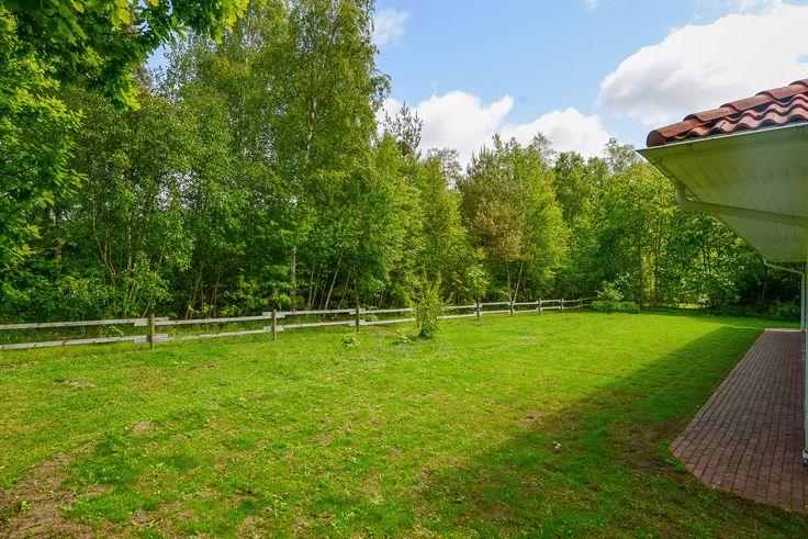 Stor gräsmatta med gott om plats för lek