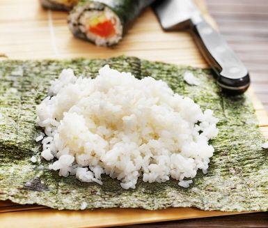 Ska du göra sushi? Då är detta sushiris ett måste att göra till din sushi. Det kokade, rundkorniga riset ger du sin speciella smak genom att stänka på su, som är en risvinäger, och sedan försiktigt blanda runt.