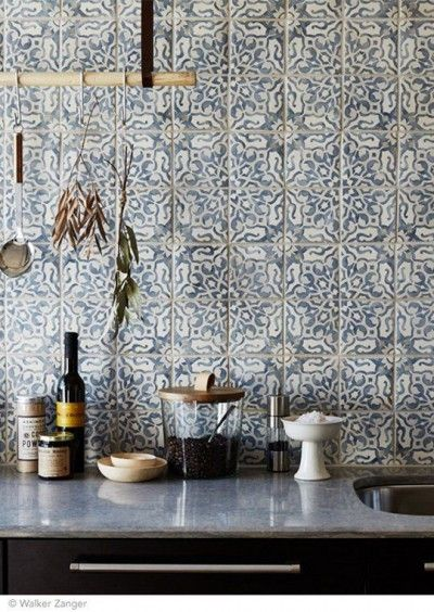 Intricate and delicate pattern on tiles for kitchen backsplash - carreaux ciment carrelage cuisine.