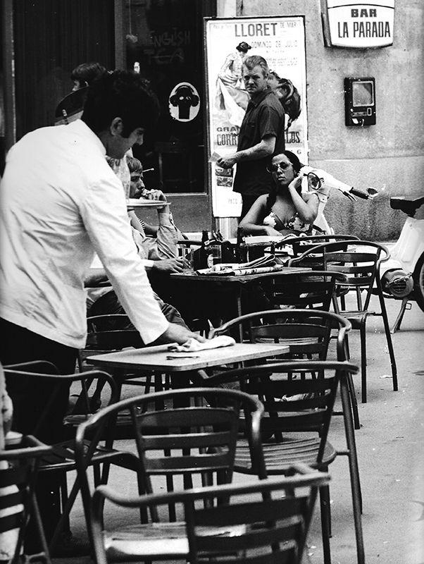 a103p36p393 camarero y turistas 1970