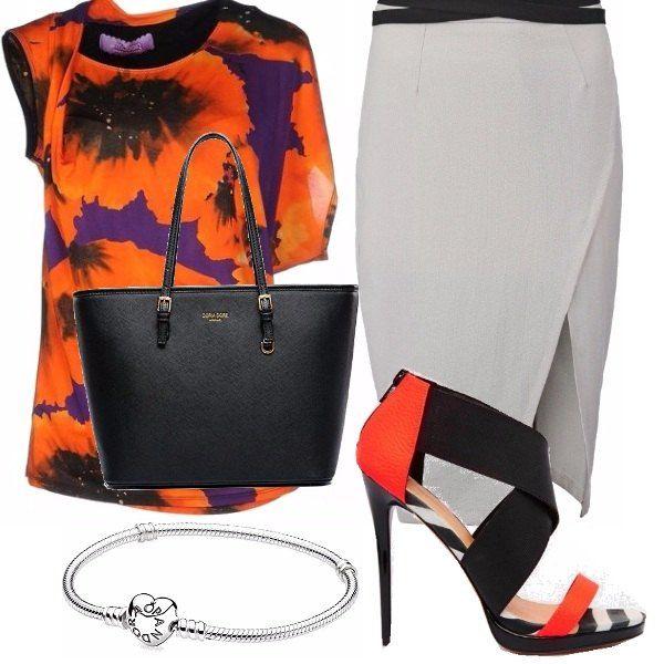 Coloriamo lufficio con una blusa a maniche diverse con enormi papaveri arancioni su una base gonna grigia con elegante e discreto spacco laterale, sandali alti, nero e arancioni, shopper nera e braccialetto semplice ma elegante.