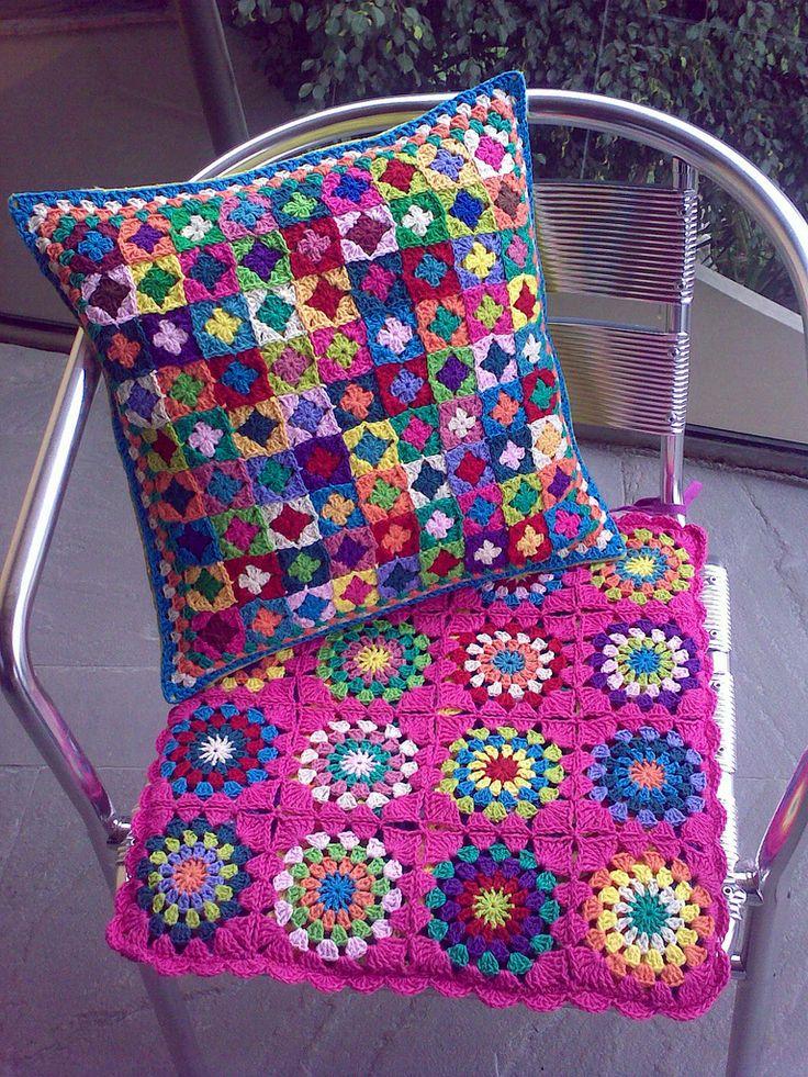 Almofadas de crochê com quadrados grandes e pequenos