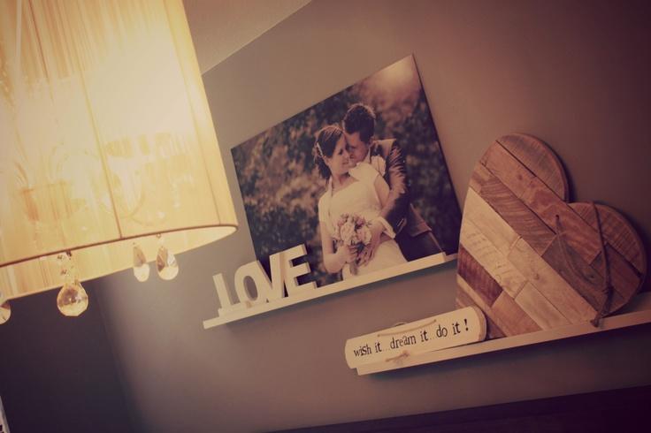 Wish it, dream it, do it. Romantische sfeer in de slaapkamer! Fotoplanken als wanddecoratie met steigerhouten hart, foto op aluminium en houten letters 'LOVE'.