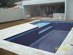 Construimos sua piscina em alvenaria, concreto ou vinil. Reformamos e trocamos o vinil. Trabalhamos com acessórios, ionizadores, refletores e aquecedores.