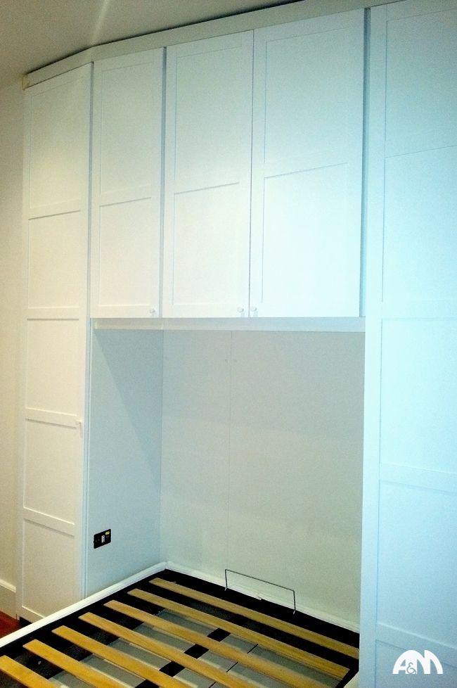 Un letto che si chiude nell'armadio a muro bianco realizzato su misura per un appartamento a Roma. www.arrediemobili.com