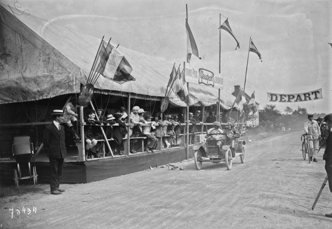 18/06/1922, La Ferté-Bernard, Lacharnay passant devant les tribunes (durant le Grand prix Peugeot du carburateur)   Photographie de presse : Agence Rol
