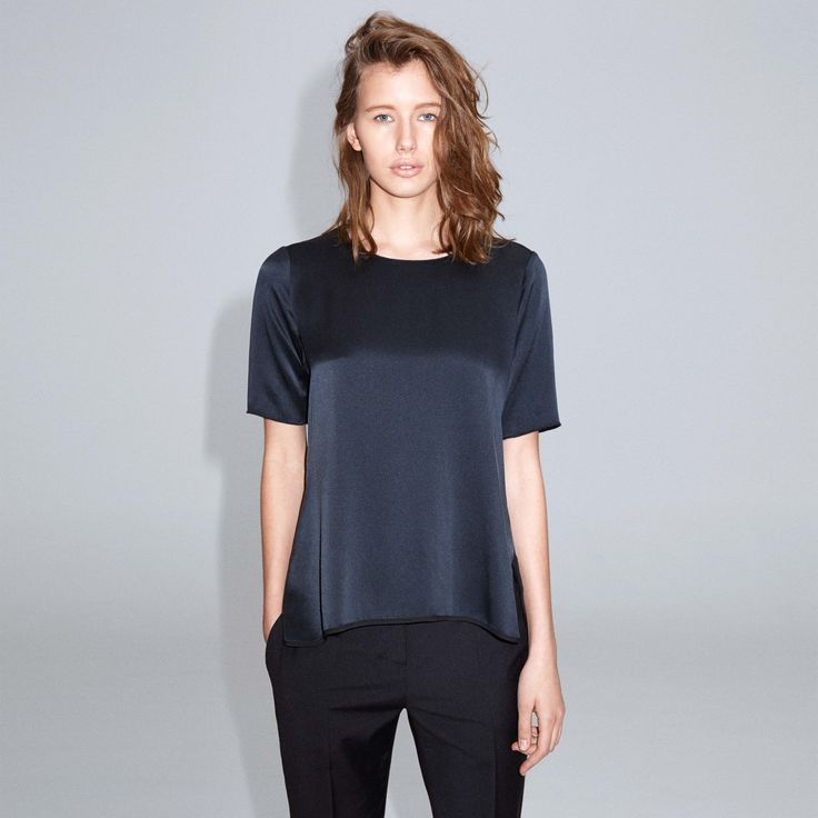 FWSS Sweet Dreams is a loose-fit t-shirt with a clean finish and silk front. The collar and arms are finished with baby overlock.