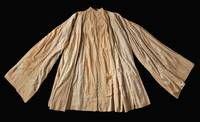 Das Büßergewand Maximilian I.Das weite, hemdartige Gewand aus verbräuntem Leinen ist knöchellang und hat eine ausgeprägte orientalische Schnittform mit weiten überlangen Ärmeln. Es wird vermutet, dass es ursprünglich aus Spanien stammt. Das Gewand mit einer Rückenlänge von 137 cm und einer Armlänge von 130 cm wird von einer maurisch anmutenden Stickerei in rad- und sternenförmigen Musterungen geziert. Spuren, wie z. B. Risse im Schulterbereich und Verfärbungen künden vom einstigen Gebrauch.