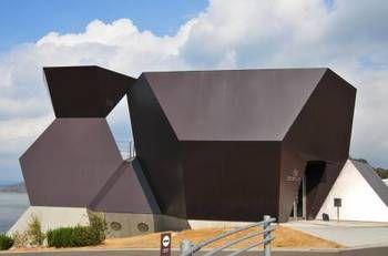 奇抜な建物が特徴の建築美術館です。  みかん畑の傾斜地に建てられており、みかん畑とのコントラストがとてもユニークです。    展示が中心となっているパビリオンである「スティールハット」と、伊東さんの東京の自邸を再生させた「シルバーハット」の2館に分かれています。それぞれの名の通り、金属製の施設となっています。    家具や建築デザインに興味のある方におすすめの美術館です。