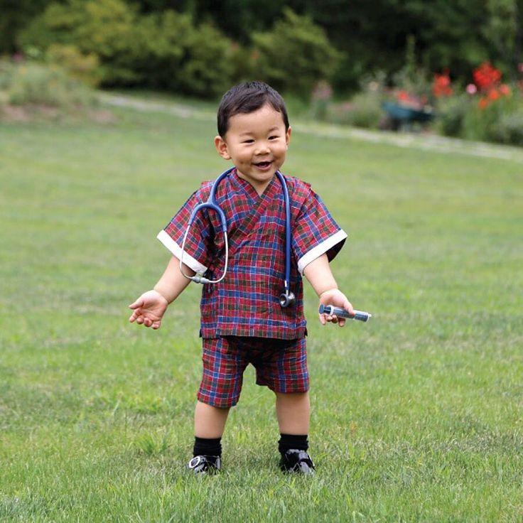 ¿Alguien ha llamado al médico? Así de simpático posa su Alteza Real Gyalsey, el hijo de los Reyes de Bután, para ilustrar el mes de julio del calendario oficial del reino, dedicado al sector sanitario. El pequeño, que cumplió su primer añito el 5 de febrero, ha conquistado el corazón de los butaneses con esta foto. ¡No nos extraña! 😍 (📷 Yellow Buthan) #royals #butan #bhutan #gyalsey
