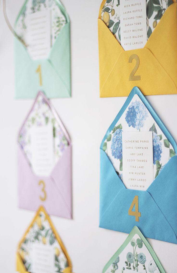 Separar las mesas en sobres de colores y muy decorados.