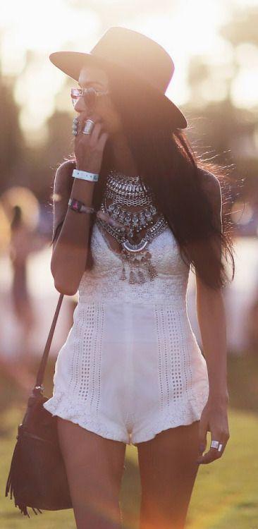 Boho look | white boho romper, macaquinho branco de alcinha e maxi colar de…