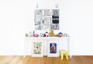 Stampe dalla grafica pop e una simpatica serie di peluche per la camera da letto del piccolo di casa. Sgabello in plastica gialla di Ikea e pavimento in listelli di legno. A Mosca, è un appartamento curato da Crosby Studios