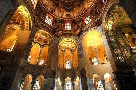 Basilica di San vitale, Ravenna. Ha una forma complessa: corpo ottagonale più largo e più basso che racchiude il tiburio più alto.