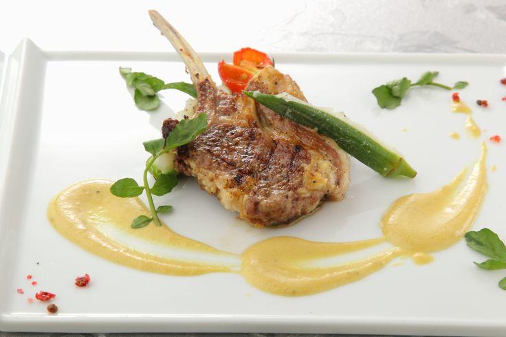 〈肉料理〉骨付き子羊のロースのグリル 玉葱のソース
