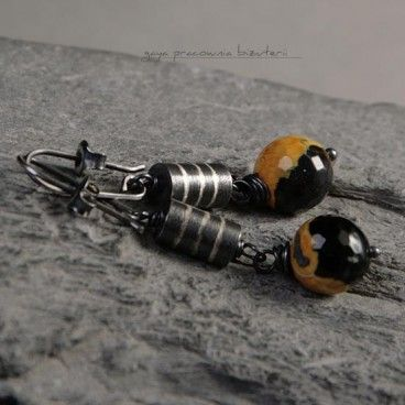 Pszczółki kolczyki Kolczyki wykonane w całości ze srebra oraz fasetowanych agatów wielkości. Srebro oksydowane i przetarte.   www.KuferArt.pl