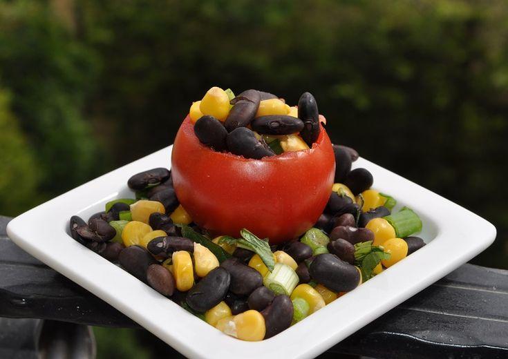 Domates Çanağında Siyah Fasulye Salatası