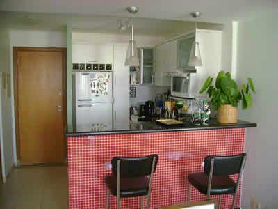 O balcão de cozinha revestido com pastilhas é uma nova tendencia de decoração, as pastilhas coloridas além das paredes, estão decorando móveis planejados.