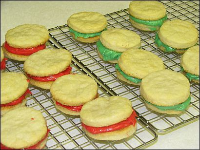 Holiday sandwich cookies - yummy and looks easy to make.