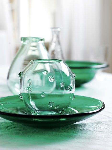 "Green dish plate B136 and the ""cloudberry vase"" B 528 from Reijmyre. Monica Bratt."