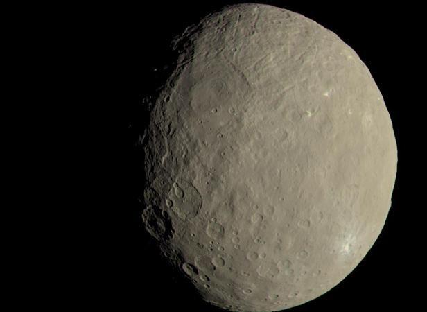 La NASA publica la última imagen de Ceres, el mundo de color asfalto La NASA ha publicado dos nuevas fotografías del planeta enano Ceres, el mayor objeto del cinturón de asteroides situado entre Marte y Júpiter. En u... http://sientemendoza.com/2016/11/21/la-nasa-publica-la-ultima-imagen-de-ceres-el-mundo-de-color-asfalto/  Check more at http://sientemendoza.com/2016/11/21/la-nasa-publica-la-ultima-imagen-de-ceres-el-mundo-de-color-asfalto/