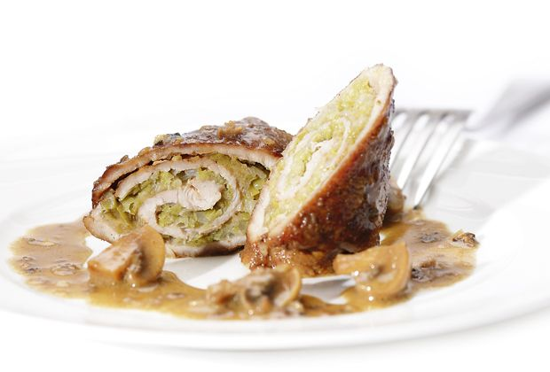 Gut gerollt ist der halbe Genuss - Lauch, Pilze, Parmesan und Kalbsschnitzel sorgen für den Rest.