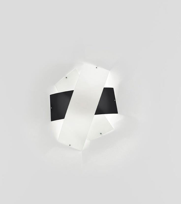 Tourbillon Parete dia. 49cm Bianco/Nero  Lampada da Parete (plafone) disegnata da Enzo Panzeri nel 2006 con montatura in metallo bianco con particolari nichelati e diffusore in vetro soffiato bianco con fascia colorata. La fascia colorata puo essere scelta nei seguenti colori: bianca, nera, rossa o arancio.