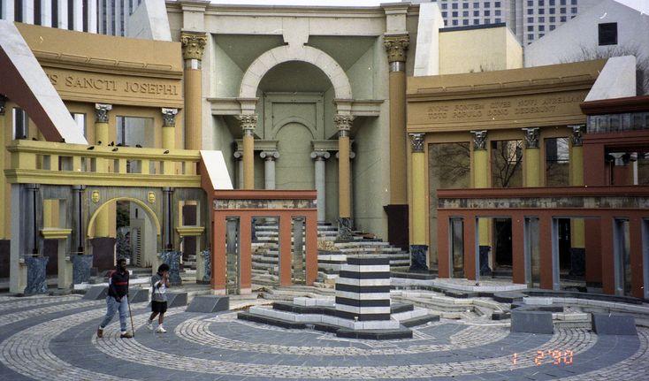 PiazzaDItalia1990 - Postmodernisme (architectuur) - Wikipedia