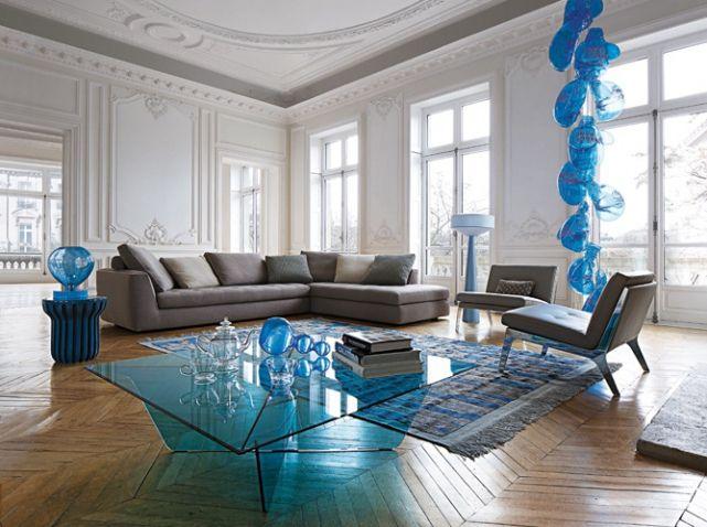 Canapé gris objets déco bleus Roche Bobois