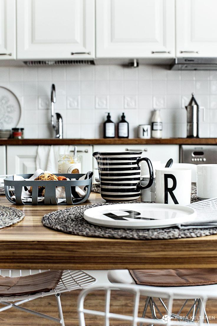 Mustaa ja valkeaa keittiössä, ihanat tuolit