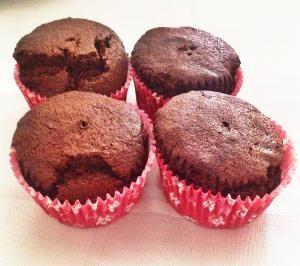De Airfryer leent zich uitstekend voor het bakken van deze chocolade cupcakes. Hier een recept voor 4 cupcakes. Ook in de oven te maken.