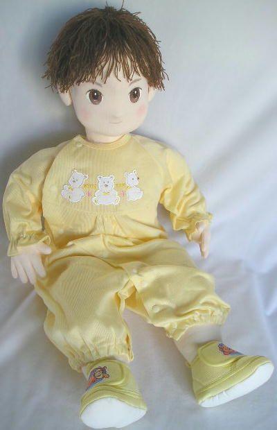 Как и обещала, размещаю очередной перевод мастер-класса от Runo. Меня давно не было в блоге, поэтому решила в качестве компенсации преподнести вами приятный сюрприз - выкройку и пошаговые фото изготовления сложной реалистичной куклы. В результате у нас должна полу