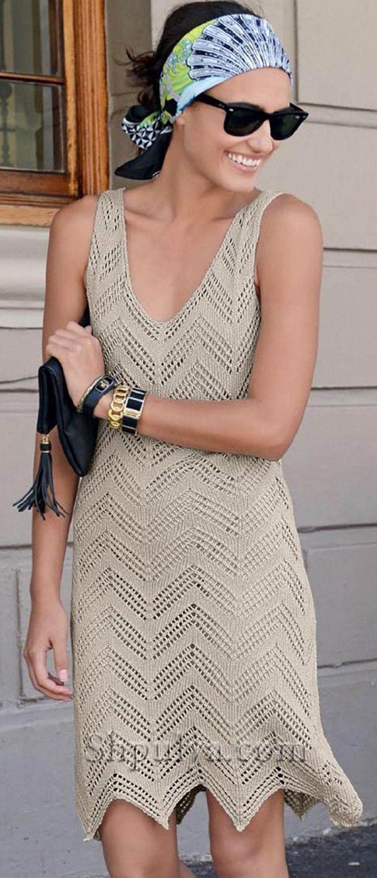 Бежевое платье с ажурным узором спицами