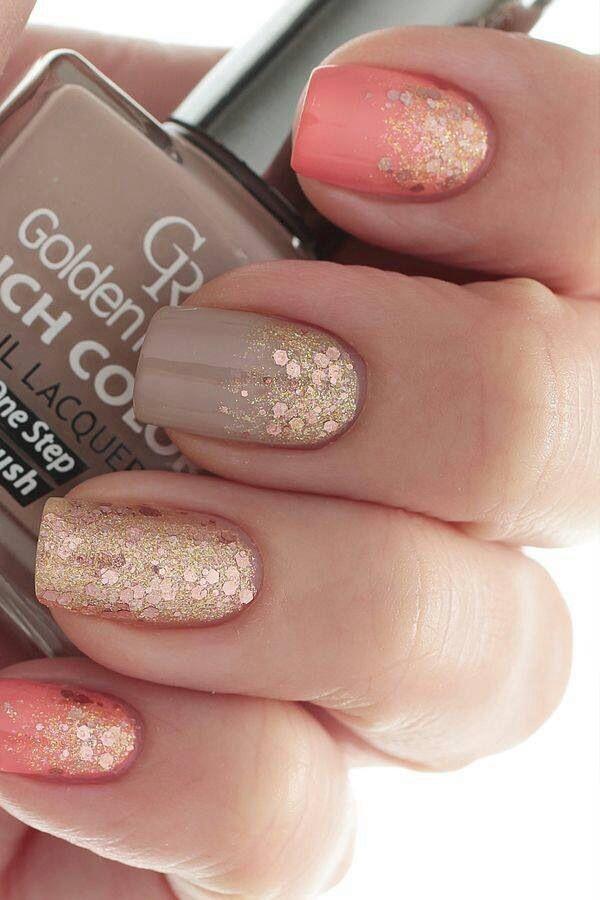 Salmón y nude con glitter dorado hacen una combinación perfecta para lucir uñas tiernas y elegantes