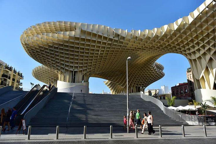 Metro Parasol. Denna omdiskuterade skapelse, ritad av den tyske arkitekten Jürgen Mayer-Hermann, lär vara världens största träbyggnad. Vyerna över Sevilla från toppen av Metrosol är enastående och bör inte missas.