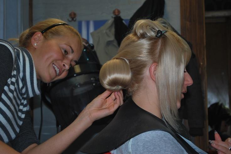 Frizi Hajstudional Férfi, Női frizurák , valamint alkalmi feltűzések, kontyok készítését vállaljuk. Programálás: Nöi 0747-162 690 Férfi 0747-106 257,Manikür Pedikür;0745-383 204